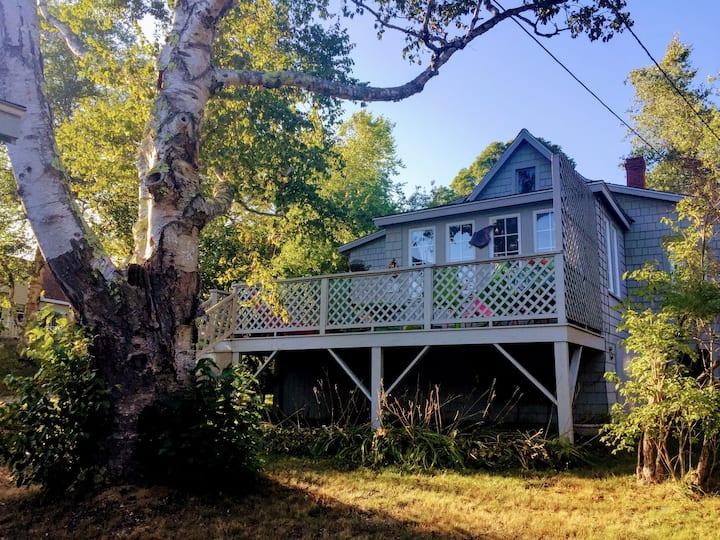 Charming Peaks Island Cottage