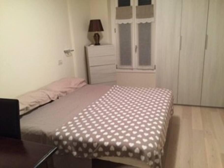Camera da letto: scrivania, letto due piazze, armadio