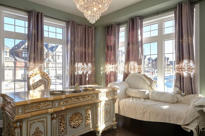Large Gorgeous Rococo room - King City