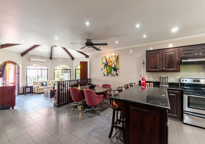 Elegant house 3-Bed/2-bath  with Large BBQ Patio