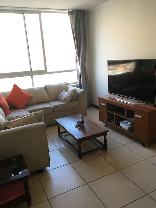"Contamos con un TV de 55"", radio, internet y cable."
