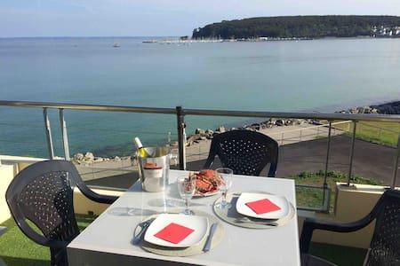 Une terrasse sur la mer