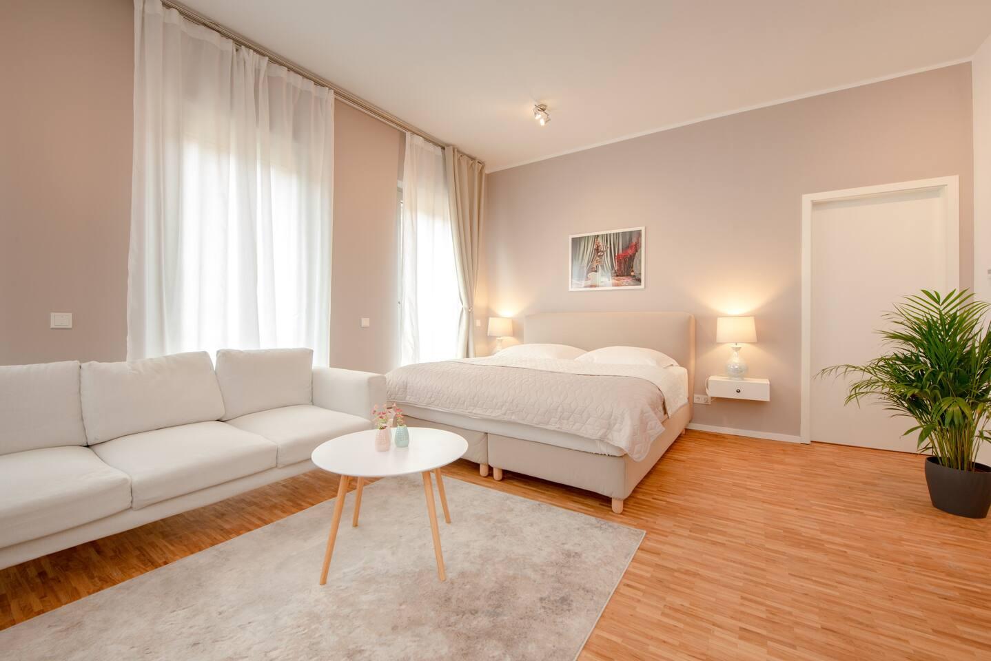 Wohn- und Schlafzimmerbreich mit offener Küche