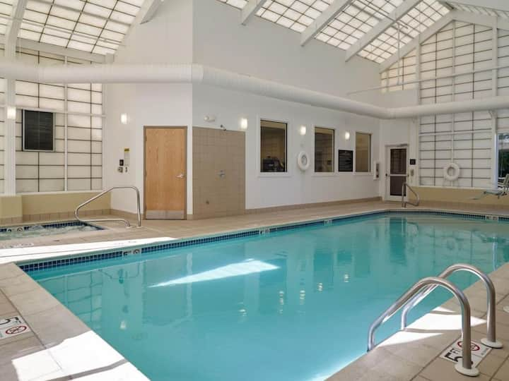Cozy Unit Near Airport! Pool, Breakfast