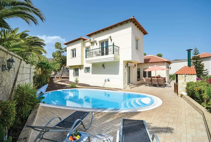 Spacious villa private pool amenities closeby