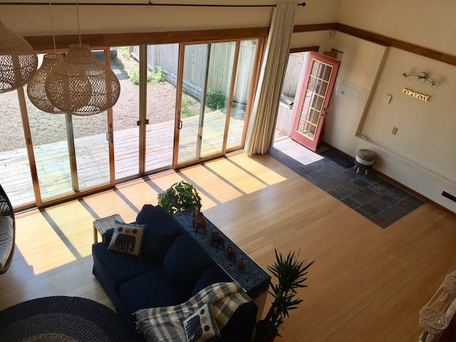 Sunny loft guesthouse, walk to lakes,trails,ocean