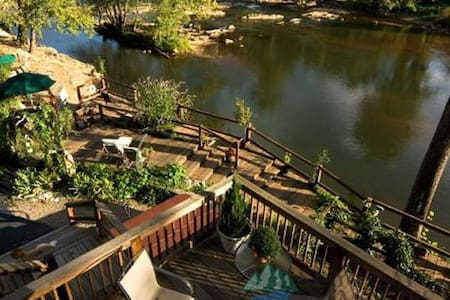 Riverfront Suite at the Dillsboro Inn : Giverny