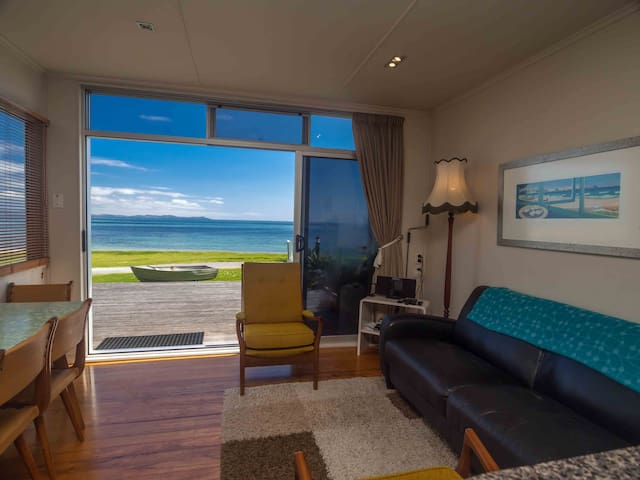 Pacific Blue - Beachfront 2 Bedroom Apartment