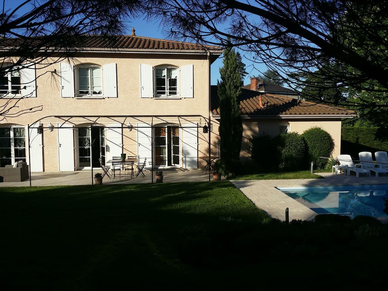 Notre maison dans la verdure et au calme mais avec un emplacement permettant d'être rapidement dans le centre de Lyon