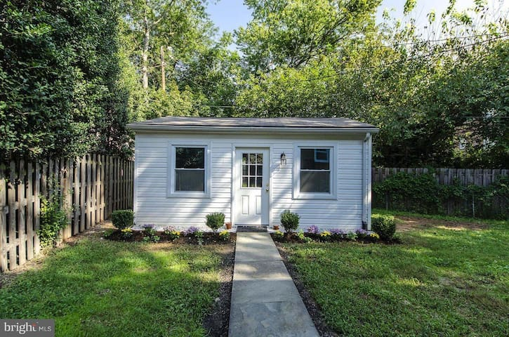 Cozy Backyard Cottage in Historic Westover Village
