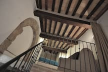 Ceilings with typical Tuscan beamed! The apartment has a modern design but still preserve its real authenticity in according with the village's architecture.