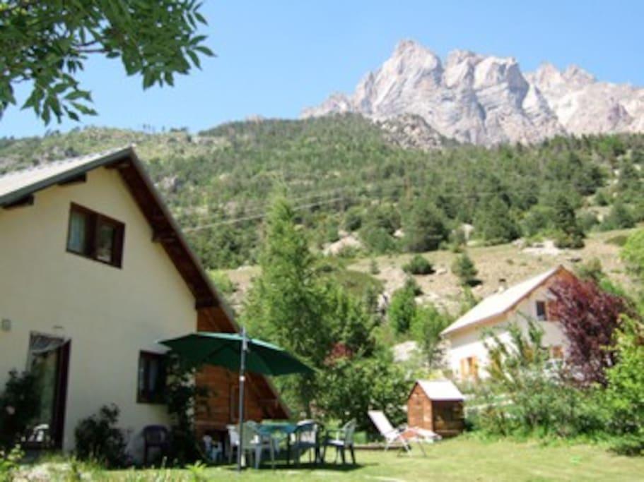 façade est avec la vue sur la tète d'aval de Montbrison