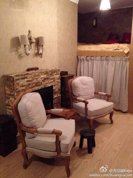 壁炉、美式单人沙发、床在上面、下面是衣柜