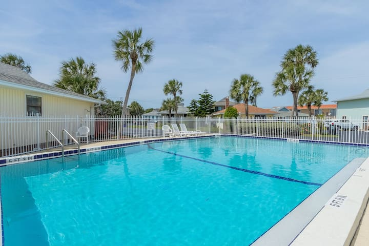 2 BR/2Bath, Pet Friendly Key West Style Cottage, Located in an Ocean-Front Community with Free Parking, a Pool and a Private Boardwalk to the Beach