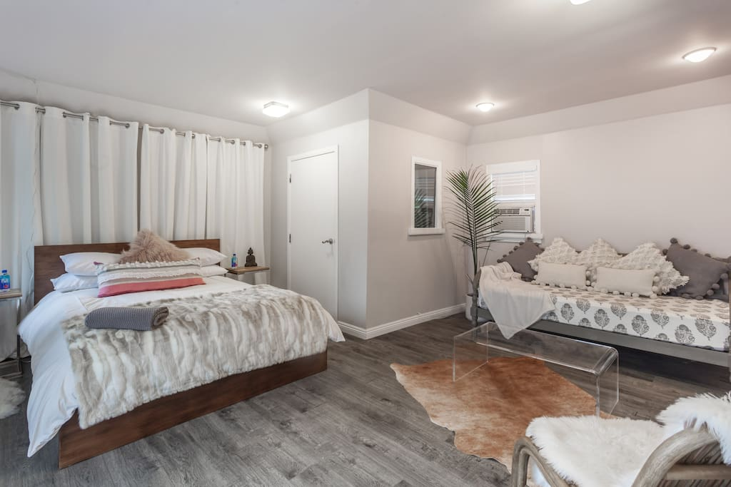 Queen size bed with orthopedic mattress & organic linens, & a daybed for lounging or additional sleep space