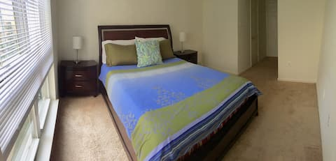 Private Room & Bath 5 mins to Mall and Metro