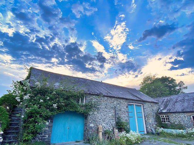Romantic stargazing loft, walks, views, pub