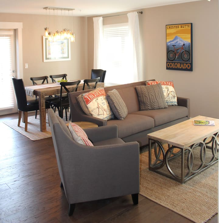 Stylish mountain condo! Luxurious comfort!