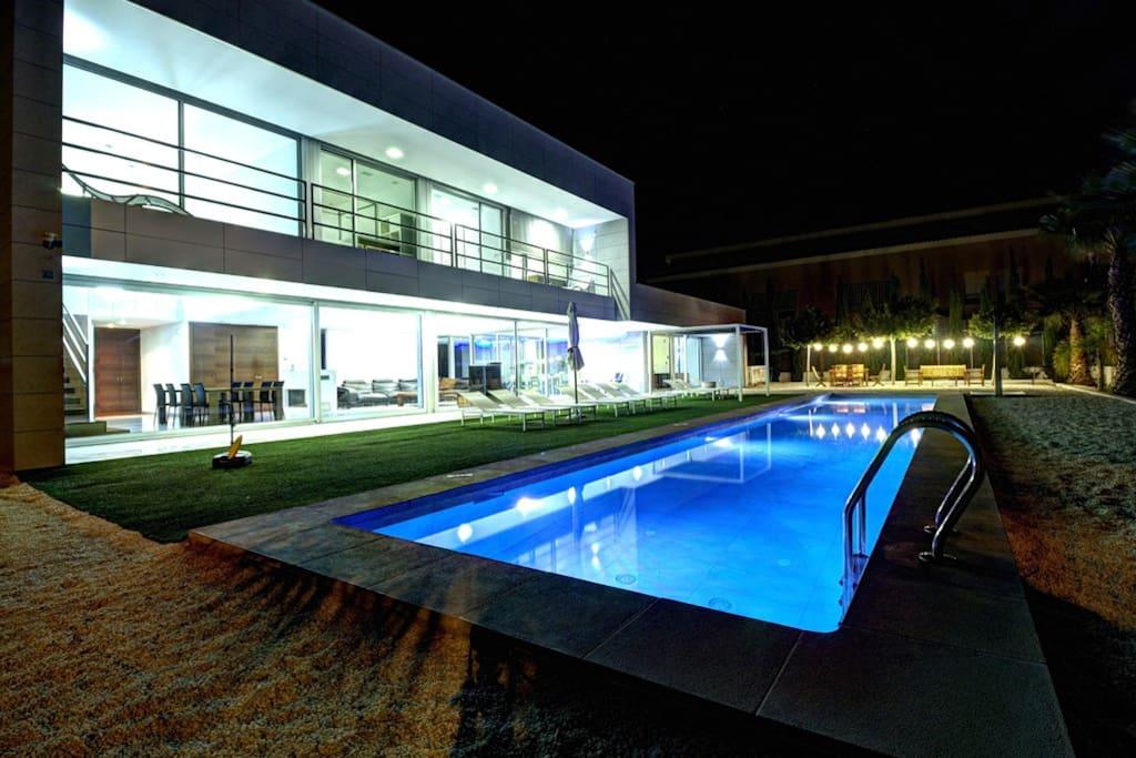 Iluminación nocturna de led en piscina y villa.