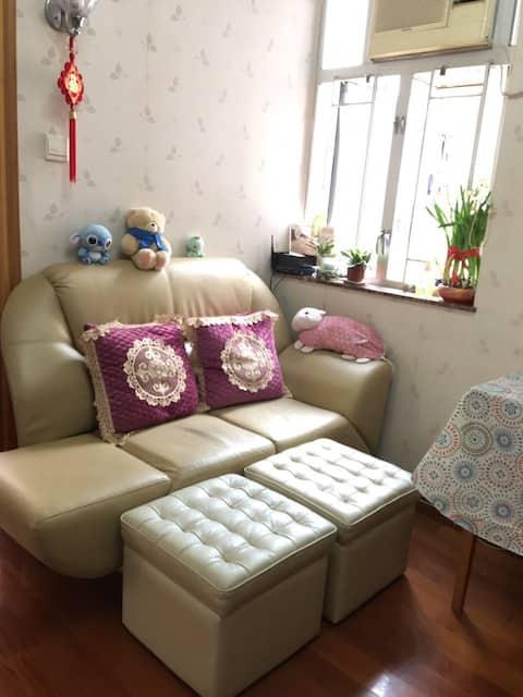 與房東同住,互動。5分鐘到達黃大仙港鐵站。光亮,整潔私人房間