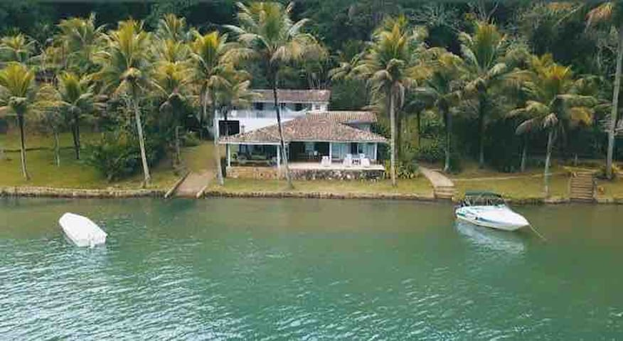Casa costeira com vista paradisíaca em Paraty