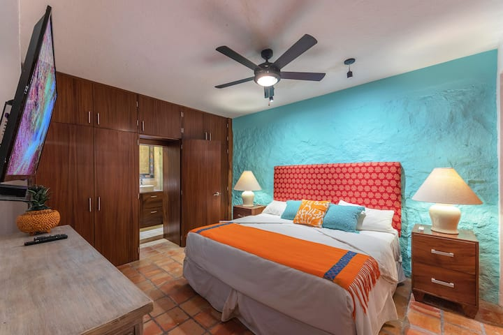 Deluxe King Suite - Breakfast & Close to Beach!