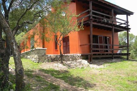 Casa grande con jardin. Mejor vista a las montañas - Villa General Belgrano