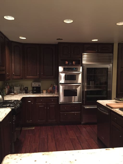 Kitchen with gas top stove, 2 ovens, large fridge for big families or entertaining.