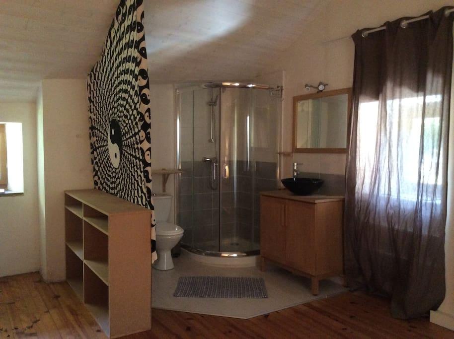 Le coin salle de bain dans la chambre