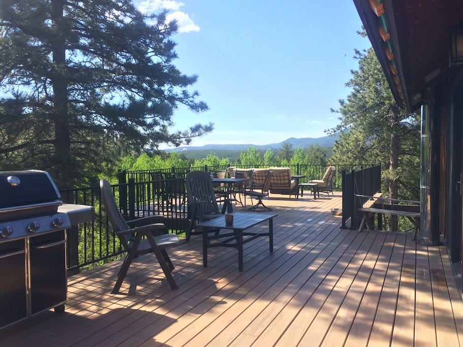 900 sq ft outdoor deck w/grill