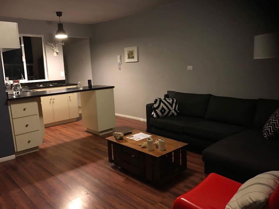 sala con tv y sillon muy comodo el cual puede servir como cama para un huesped