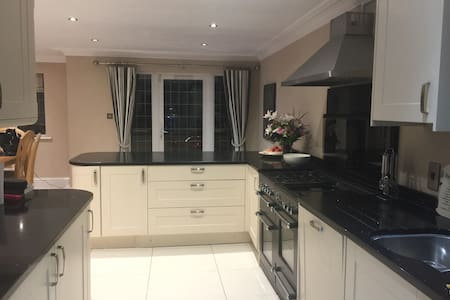 Modern 4 beds, 2 ensuite and family bathroom - Tadworth - Casa