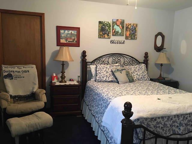 Tandem Inn Berry Room
