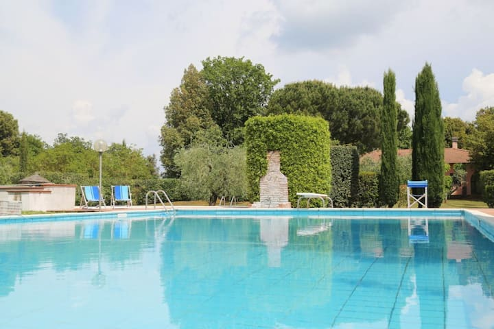 Apartment in villa with WIFI, pool, TV, terrace, panoramic view, parking, close to San Gimignano