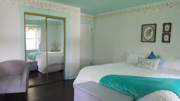 Serene Colonial, 2 B Rose Room
