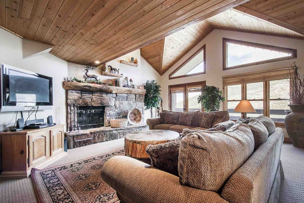 Cathedral Ceilings / Wood Burning Fireplace / Cable HDTV / WiFi