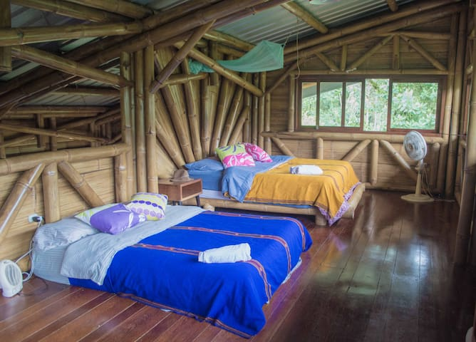 Habitación en el mezzanine con dos camas una king y otra queen