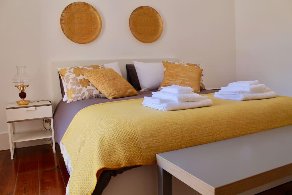Quarto de Casal com varanda. Couple Room with a small balcony.