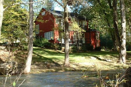 Historic B&B on 8 acres with stream - High Falls