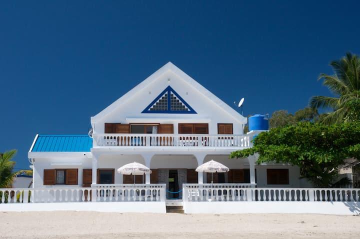 Large Beach Villa — Les pieds dans l'eau!