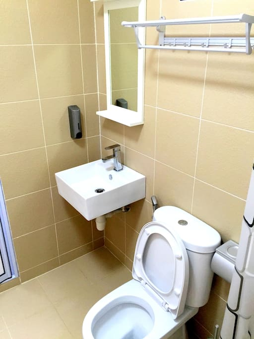 Attached bathroom with WC and Basin  独用舒适的清洁卫生间