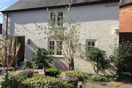 Quiet Courtyard Cottage close to NEC/BHX/Genting