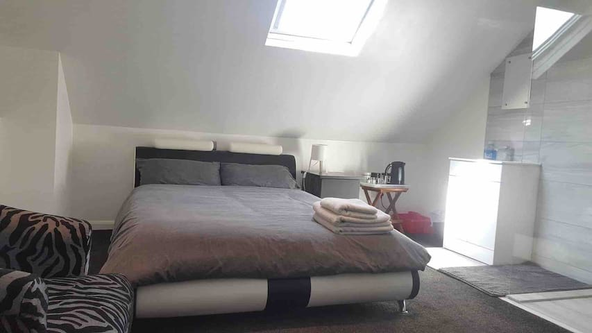 Lovely loft , 1 mile Southport & Hospital, Shower