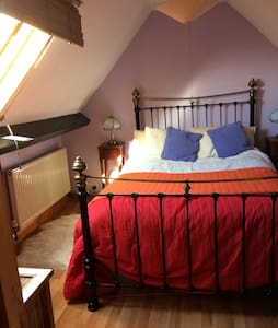 Comfortable private attic room in shared cottage - Bristol - Bed & Breakfast