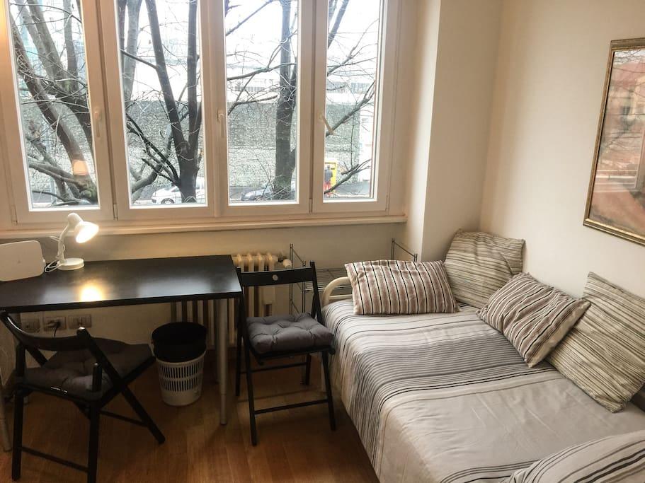 Grande letto singolo 90x200 cm. e tavolo / scrivania