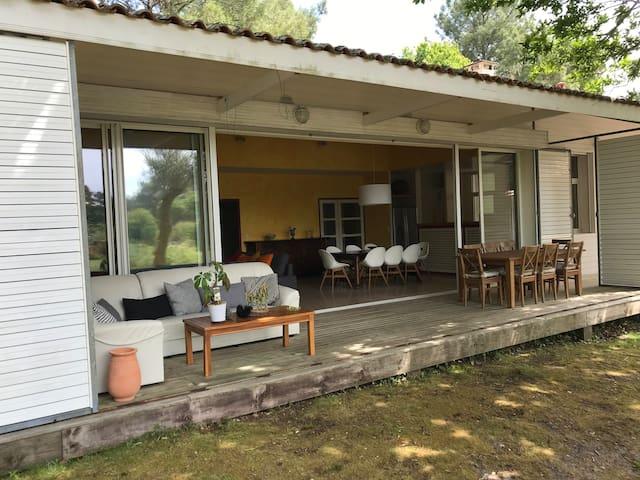 Terrasse extérieure et séjour ouvert sur le golf