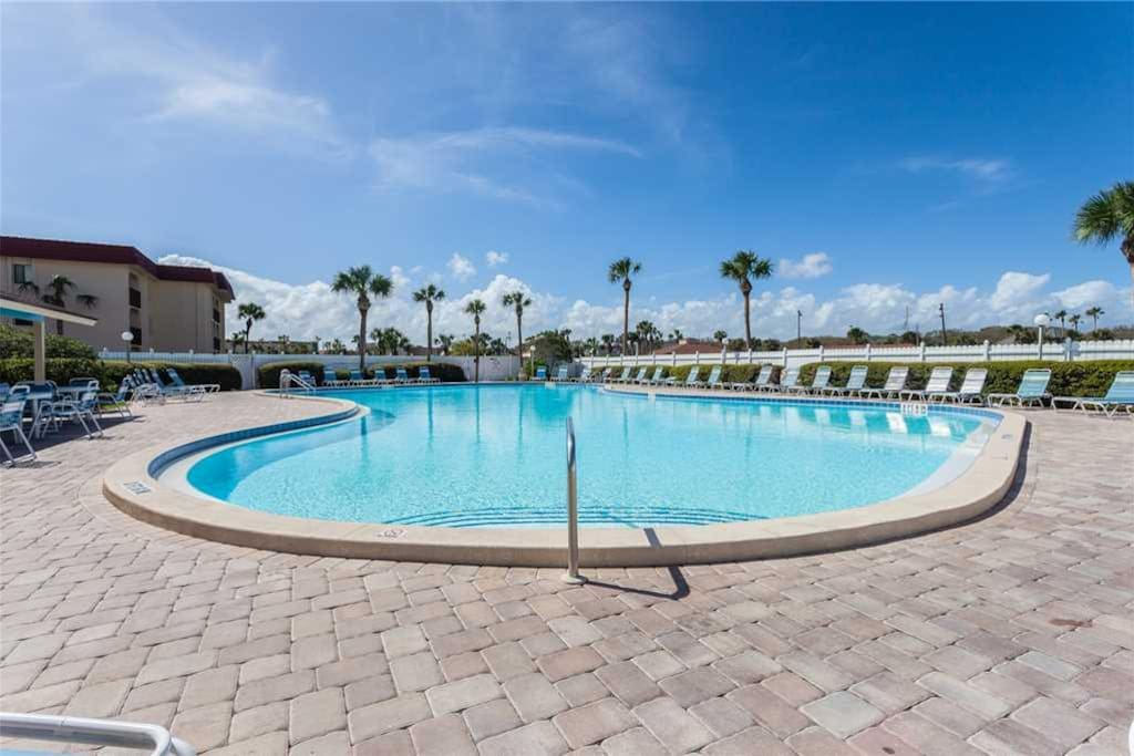Ocean & Racquet Community Pool - After a long day of exploring town, end the day in the beautiful turquoise waters of the Ocean &