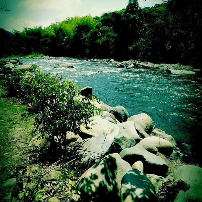 Río y zonas de esparcimiento