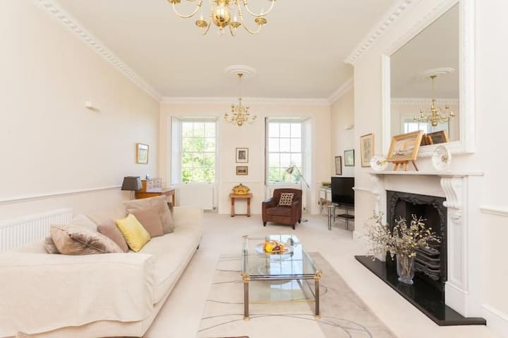 Parkview.  Stylish 2 bed, 2 bath central property with views front and back over Victoria Park and the Royal Crescent