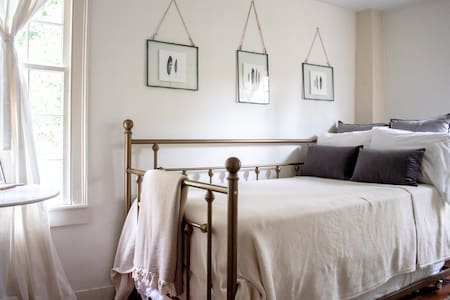 Sweet Eco-Friendly Nest Room in Historic 1790 Home